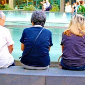 談笑する高齢女性たち